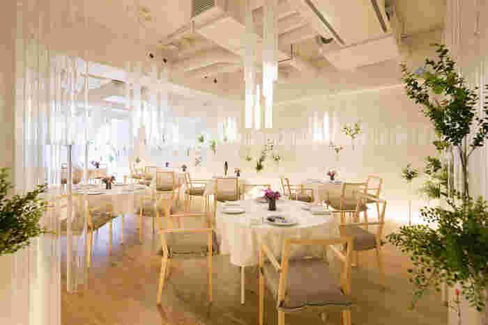 フォーシーズンビル4階にある、予約制の本格的フレンチのお店【nacrée(ナクレ)】。「光と花の杜」というテーマの店内で、その日の食材に合わせたプレミアムなメニューを頂けると評判です。