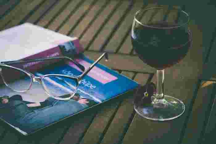 気の合う仲間とわいわい楽しく過ごすのもいいけれど、たまに一人で飲みたくなる時ってありませんか…?自宅でお気に入りの小説や映画を楽しみながら、ゆったりとワインを「ひとり飲み」するのもいいかもしれませんね。