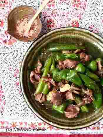 コリコリ美味しい砂肝を万願寺唐辛子とサッと炒めた一品は一味唐辛子を効かせてちょっぴり大人なおつまみレシピ。
