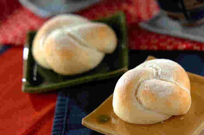 生地に強力粉だけでなく炊いたご飯と甘酒を入れて練り上げます。焼きたてを割ると、ふんわり甘酒の香りが漂いますよ。もっちりとした食べ応えのあるパンです。