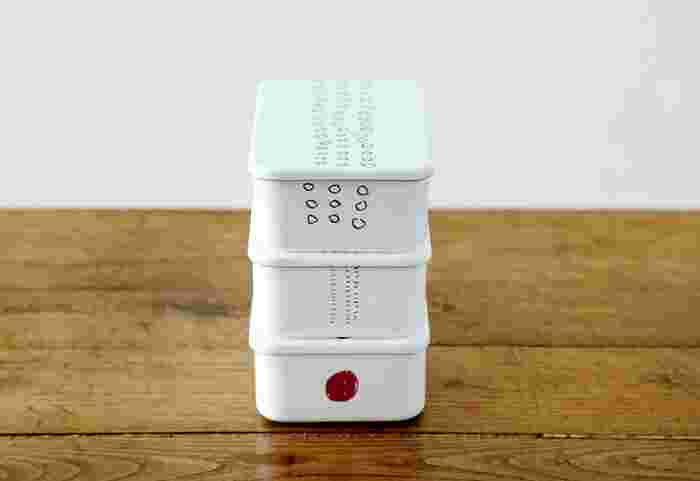 ラフなタッチが可愛らしい丸模様のお弁当箱。こちらはイラストレーターmitsou(ミツ)さんが手がけたもの。倉敷意匠と野田琺瑯の共同制作により誕生したアイテムです。