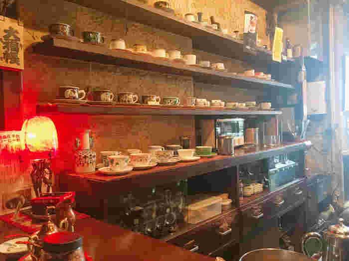 店内のカウンターの中には、高級ブランドやアンティークなカップがずらっと並んでいます。店主がお客さんに合わせてコーヒーカップやソーサーを選んで提供してくれますよ。今日はどんなカップで来るかな?ととても楽しみになります。