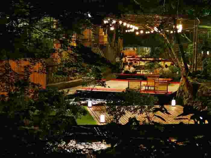 そんな貴船の夏の風物詩は、貴船川の上を渡されたお座敷『川床(かわどこ)』。時には川の流れに足を浸したりして、いただくお料理は格別なんです。今回は、そんな貴船エリアで巡る、夏の女子旅にぴったりなスポットをご紹介します。