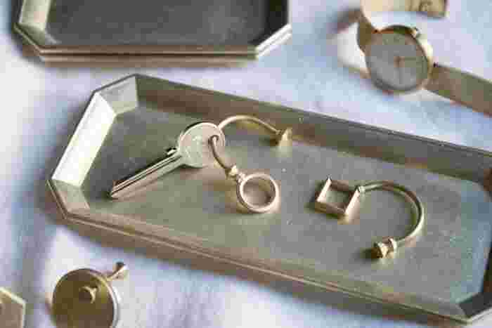 玄関周りや部屋に置いておきたいFUTAGAMIの真鍮のトレイ。鍵や時計など、細々として失くしやすいものは、トレイにまとめておけば、翌日すぐに身に着ける事ができます。