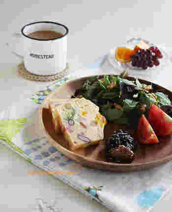 沢山のお豆やクルミ、ミニトマトやブロッコリーも入れて具だくさんに。ワンプレートにすると、とてもおしゃれな食卓に早変わり♪