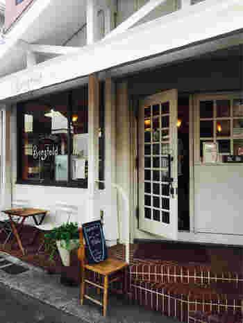 1980年創業の、本格ドイツパンのお店「Bergfeld(ベルグフェルド)」。「鎌倉本店」が鶴岡八幡宮の近くにありますが、こちらは長谷駅から徒歩5分ほどの場所にある「長谷店」です。