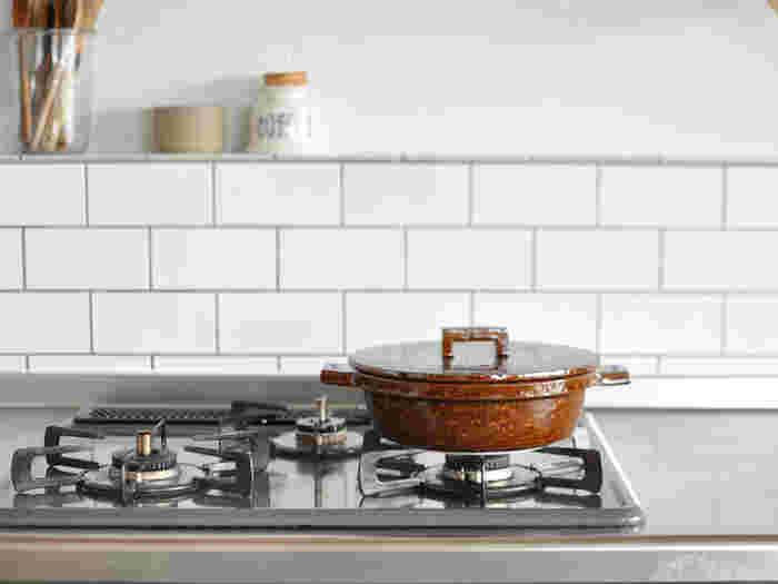 コンロの上に出したままでも様になります。カラーバリエーションは、シロ・クロ・アメの3色。土鍋らしい機能性と風合いに、モダンでおしゃれな雰囲気を合わせ持つ、万能な土鍋です。