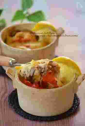 オイルサーディン缶、トマト、チーズを器に入れたらオーブンで焼くだけ!時間の無い時でも簡単にお洒落な一品が作れちゃいます。おもてなしシーンや、ワインのお供にもぴったりです。