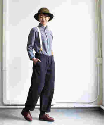 男の子っぽいアイテムでまとめたスタイリング。ころんとした丸襟がかわいらしいアクセントです。