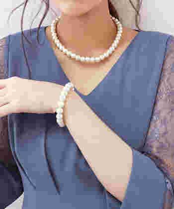 ブレスレットがあるだけで、お呼ばれスタイルは一段とおしゃれになります。まずは、基本の形から。総パールのブレスレットは、どんなドレスにも合う定番デザイン。約1cmの大きめパールが、しっかり華やかな雰囲気を演出してくれます。ネックレスとセットになっているので、組み合わせもバッチリですよ。