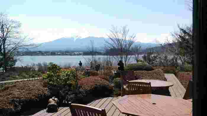 そして、ここのお楽しみのひとつが、こちらのカフェスペース。富士山と河口湖を一望できるとあって、晴れた日はここでパンを食べながらのんびり過ごす方も多いんですよ。
