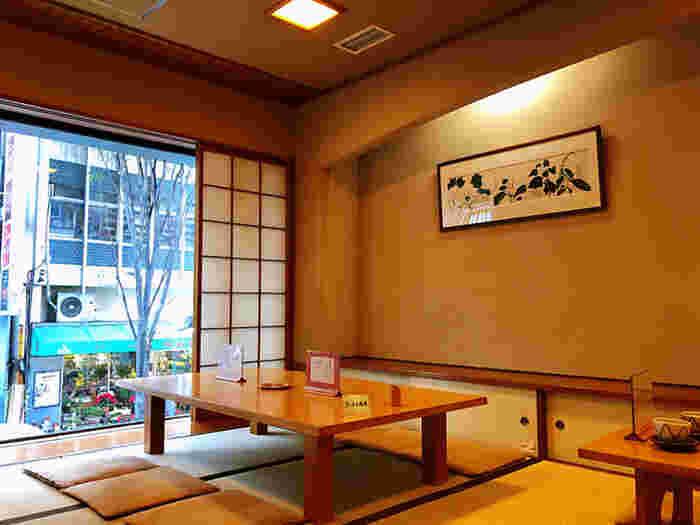 JR飯田橋駅から3~4分、神楽坂通り沿いにある「紀の善」。発祥は江戸時代末期という老舗で、甘味処として創業したのは1948年のこと。イートインスペースは1階がカウンターとテーブル席、2階がお座敷になっています。
