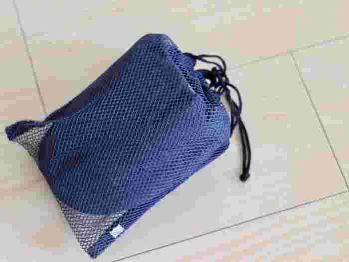 肌ざわりが良く、適度なクッション性のある携帯用スリッパ。持ち運びやすい収納袋付で、荷物もかさばりません。