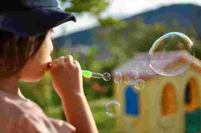 子どもは遊んでいるとき、⻑い時間⼀つのことに集中していることがあります。ときには、「もう満足したんじゃないかな」と、遊びを切り上げさせたくなることがあるかもしれませんが、少し待ってあげてください。⼦どもがなにかに集中しているときは、興味があるからです。