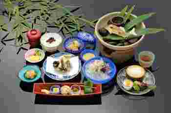 5~9月限定の「納涼川床料理」。川伏魚(ごり)の貴船伝統の飴煮を初め、アマゴ、鮎などの川魚が堪能できるコースです。