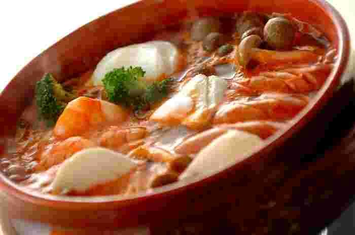 とろけるモッツァレラチーズを楽しむイタリアンな鍋レシピ。えびはトマトとの相性が抜群!締めはスパゲティーがおすすめです。