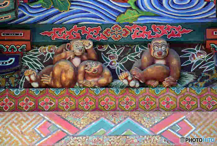 社殿の四面に施された彫刻は、日光東照宮の彫刻でも知られる名工、左甚五郎の作と言われています。そのひとつが「お元気三猿」。日光の「見ざる・言わざる・聞かざる」が有名ですが、秩父神社は「よく見て・よく聞いて・よく話す」。どこかユーモラスな表情にも注目です。