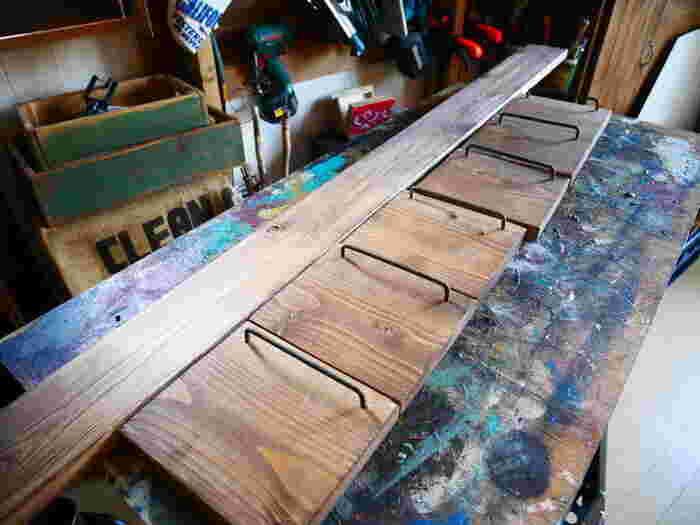 必要な棚数の板材を準備し、柱となる1×4材にL字金具で固定していきます。 落下防止のため、かすがいや角材を取り付けておくと安心ですね。