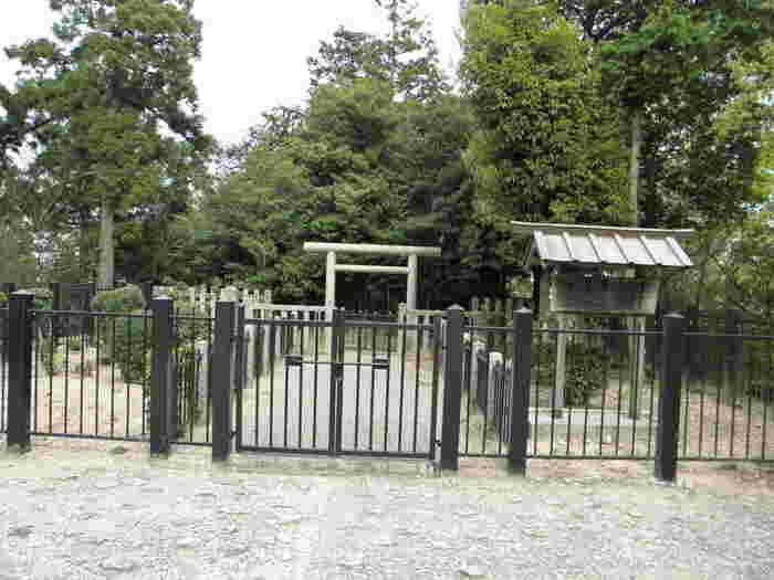 葛木二上神社のすぐ近くには、大津皇子の墓が遺されています。文武に秀で、人望も厚かった大津皇子は、謀反の疑いをかけられ、若干24歳という若さでこの世を去りました。庶民からも愛されていた悲劇の皇子、大津皇子は今も二上山の頂で静かに眠っています。
