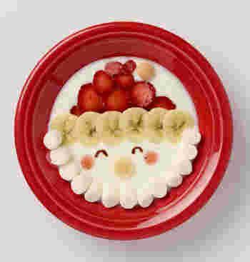 にっこりしたサンタさんの顔が可愛い! いちごやバナナ、マシュマロをたっぷり乗せて、いつもより少し特別に。器もクリスマスカラーを選ぶとさらに◎。  【材料】 ・明治ブルガリアヨーグルトLB81プレーン 20g ・いちご(小) 2個 ・バナナ 1/4本 ・マシュマロ(直径1cm) 13個 ・卵ボーロ 2個 ・チョコレートソース 適量 ・いちごジャム 適量  【作り方】 ①いちごとバナナを2mm厚さの輪切りにします。 ②ジップ付きの袋にチョコレートソースを入れ、袋の端を斜めに2mmカットします。 ③お皿またはボウルにプレーンヨーグルトを入れます。 ④お皿またはボウルの半分よりやや上の部分にいちごを横一列に並べます。 ⑤④の上にいちごを重ねるように置いて、サンタクロースの帽子を作ります。 ⑥④の下1列にバナナを並べます。 ⑦お皿またはボウルの下半分の縁に沿ってマシュマロを並べます。 ⑧チョコレートソースで目を、いちごジャムで頬を描きます。 ⑨帽子の先端と鼻の位置に卵ボーロを置きます。