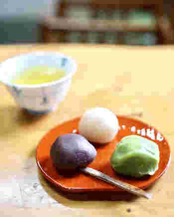 メニューは、お汁粉やみつ豆、ところてんやおでんといった甘味処らしい定番ラインナップです。  お勧めは、創業時から四代にわたって引き継がれてきた、公園の名物でもある『鶯だんご』です。  『鶯だんご』は、美しい三色の餡(小豆餡・抹茶餡、白餡)で、柔らかな食味の団子(抹茶と白)や黍餅(小豆)を包んだ三色団子です。柔らかな口当たりときめ細やかな餡が特徴的。他の甘味と同様に、甘すぎず上品な味わいと評判です。