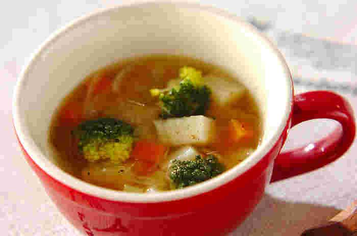 風邪気味のときに食べたい野菜たっぷりスープ。かくし味のレモン汁がいいアクセントになり、さっぱり味に。