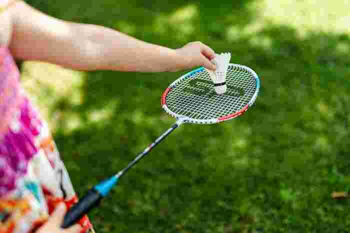 ラケットとシャトルさえあれば、近所の公園などで気軽に始められる「バドミントン」。レジャー感の強いスポーツですが、実はおしゃべりしながら楽しく遊んだ方が適度な有酸素運動になるのだそう。キツいスポーツは苦手という人にまさにぴったりです。
