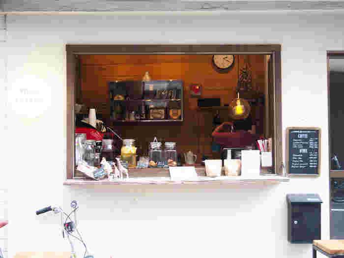 蔵前駅から徒歩2分の場所にあるコーヒースタンド。本格派のコーヒーや季節のドリンクをテイクアウトできるほか、コーヒー豆を購入することもできます。