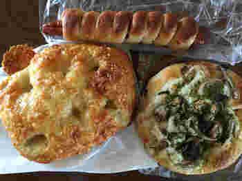 ハード系、惣菜パン、フォカッチャなど、約20種類のパンが日替わりで並びます。個性的なネーミングも興味がひかれますね。運がよければ、甚五右ヱ門芋や勘次郎胡瓜といった、地元の伝承野菜を使ったパンにも出会えることも。