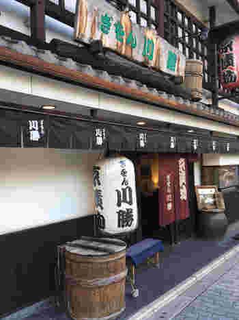 八坂神社のすぐ近くに佇む京漬物屋「ぎおん川勝」。そこに併設されている「ぶぶ家」は、その場でお茶漬けをいただけるイートインコーナーです。