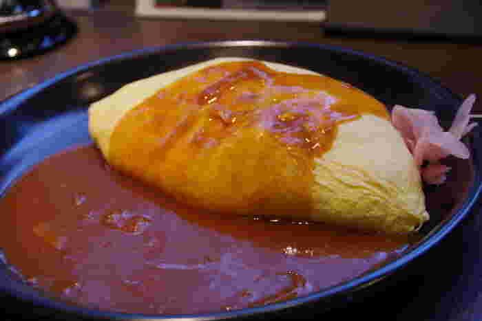 大阪心斎橋発祥の北極星。京都では、こちら祇園店ふくめ3店舗で元祖オムライスをいただけます。  とろりとしたふわっふわの卵に包まれた優しいお味のライス。種類豊富なソースをお好みで選べば、きっと自分好みのオムライスに出会えるはず。