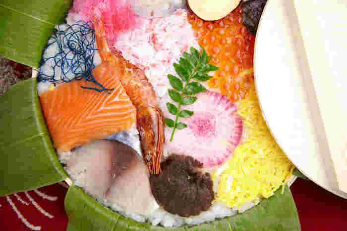 1番人気は、丸い曲げわっぱに国産の笹を敷いた押し寿司。地元名産のふぐの糠漬けや干し甘えびなど、10種以上のこだわり食材がとても鮮やか。