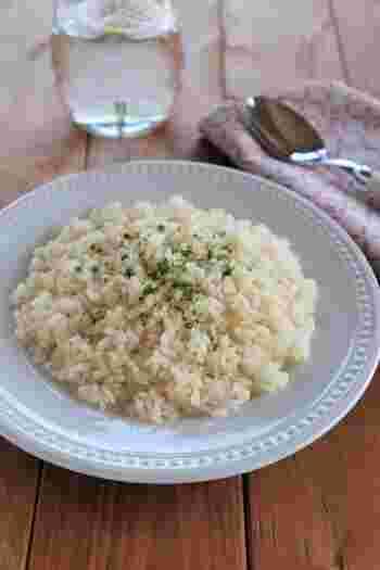 フライパンで作るベーシックなバターライスのレシピです。お米を炒めたら、そのままフライパンで炊飯していきます。お米を洗ったら、しっかりと水切りするのが美味しくつくるポイントです。