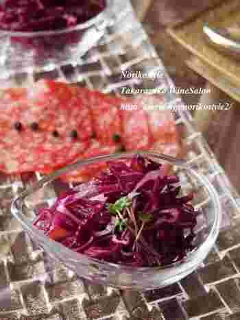 紫キャベツが手に入ったら是非作って頂きたい、紫キャベツのワインビネガーマリネです。赤ワインのお供のシャルキュトリーとも合いますよ。