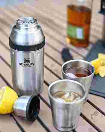 続いて「スタンレー」のカクテルセット。シェイカーとフタ、グラス2個、しぼり器がスタッキングされており、アウトドアで手軽にオリジナルカクテルを楽しむことができます。ワンランク上の大人のキャンプにおすすめです。