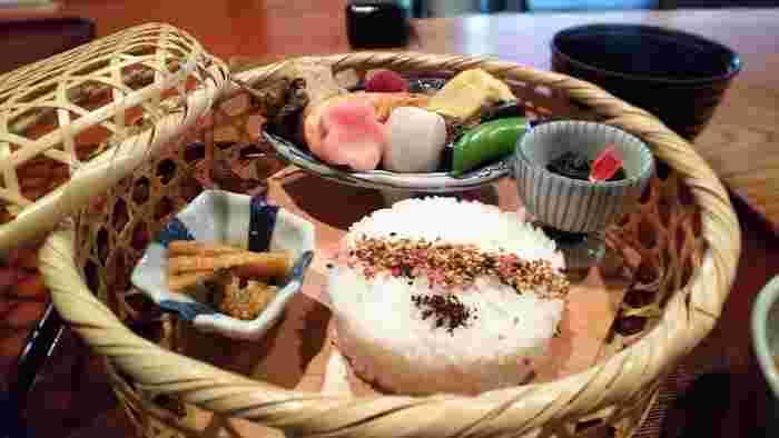 ランチの「竹かご弁当」には旬の食材を使ったお料理が少しずつ盛り付けられた上品なもの。お麩の入った煮物や和えものなど、どれも繊細な味わいのお料理です。治部煮やデザートもセットになっていて、目と舌で楽しめます。