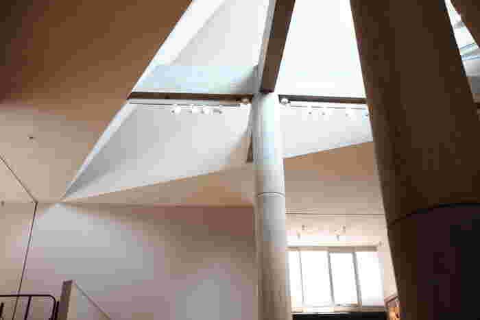 昨年、東京都内では初となる世界文化遺産として登録された国立西洋美術館は、近代建築の三大巨匠の一人、フランス人建築家ル・コルビュジエによって設計されました。特徴的な外観はもちろん、今見てもモダンな空間演出方法もじっくり味わってみたいですね。