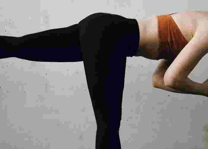 運動を始めたばかりの頃や、日頃運動を行っていないと「体幹」が弱くなっていることも。そうすると、どんな動作をする時もバランスが不安定になってしまいがちです。 正しいフォームをキープできないとフラフラしてしまい、バランスを取ることに意識が持っていかれてしまいますので、本来鍛えたいパーツに上手く負荷がかからず効果を感じにくくなる…なんてことになりかねません。