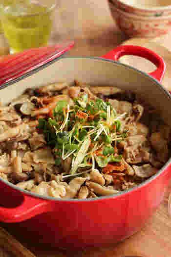 豚バラときのこのうま味がぎゅ~っとつまった簡単炊き込みご飯。お肉もきのこもたっぷりで、ボリューム満点!お好みで、しいたけや舞茸などの水分の少ないきのこで作ってもOK!素材を油で炒めてから炊き込むことでうま味が出て、香ばしい香りも楽しめます。