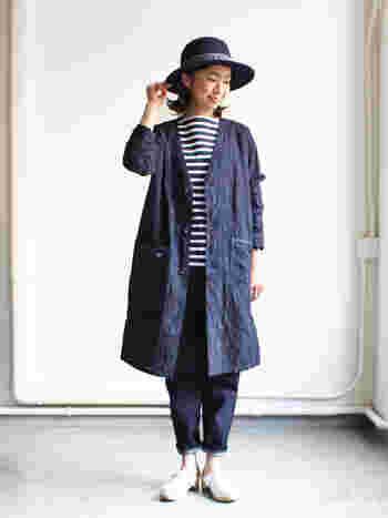 綿麻混紡のメッシュ素材の軽いコート。 フロントの身頃、袖にリーフ柄が施されていて、さりげなく個性が光るデザインです。