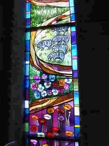 聖堂内には天上から降りる光のように、カラフルなステンドグラスが埋め込まれています。