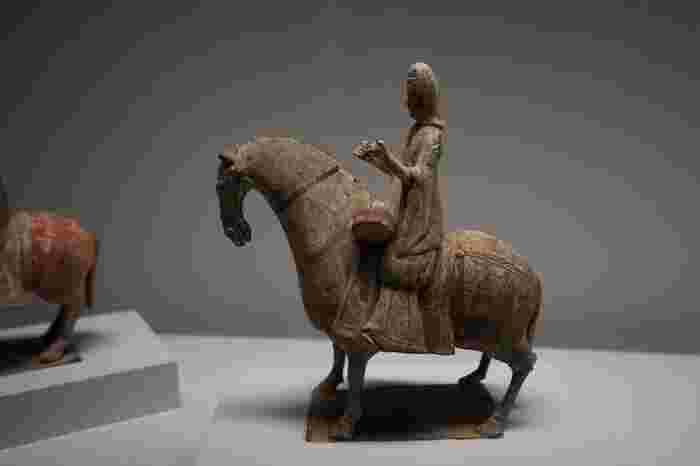当館が所蔵するのは、ポーラ化粧品の創業家の二代目・故鈴木常司によるコレクションです。彼の幅広いコレクションは、約9500点にも及び、そのほとんどは彼が生前に収集したものと云われています。 【東洋陶磁コレクションの中心をなす中国陶磁の一つ、『加彩騎馬人物俑一対』(6世紀)】