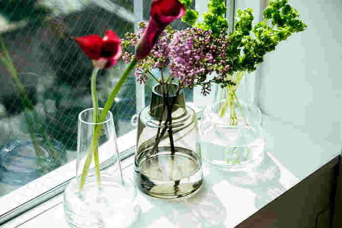 24cmサイズなら、カラーのような背の高い花も美しく飾ることができます。圧倒的な存在感で、生ける花の種類によってお部屋の印象をガラリとチェンジすることが可能。インテリアを変えるより簡単に模様替え気分を味わえます。