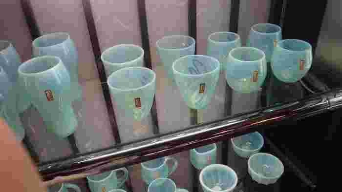 草津で唯一の温泉たまご専用温泉もある「草津ガラス蔵」。オリジナルの草津温泉硝子は、夜間にライトアップされた湯畑のエメラルドグリーンをイメージして作られています。1号館から3号館まであり、それぞれ器や置物、アクセサリーなどのガラス製品が購入できます。