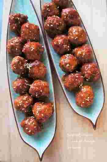 焼肉のたれに、アプリコットジャムやトマトケチャップなどをプラス。コクも風味も照りも抜群なたれを肉団子にからめます。ヘルシーな赤身を使っても、しっとり肉汁があふれます。