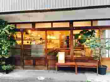 近鉄奈良駅から歩いて約10分、木製の引き戸がレトロな「minamo(ミナモ)」は、古い街並み「ならまち」にあるカフェです。