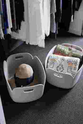 洋服の下の空いたスペースは、小物収納などにも活用できます。おしゃれなかごに帽子やブランケットを入れるのもおすすめ。カゴは取っ手が付いていると、ひっぱりやすいですよ。