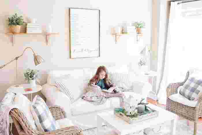まるで明るいカフェのような空間です。白を基調としたお部屋なので、クッションはストライプとギンガムチェック両方を使って変化を付けましょう。そうすることでよりお洒落なカフェのような雰囲気に。