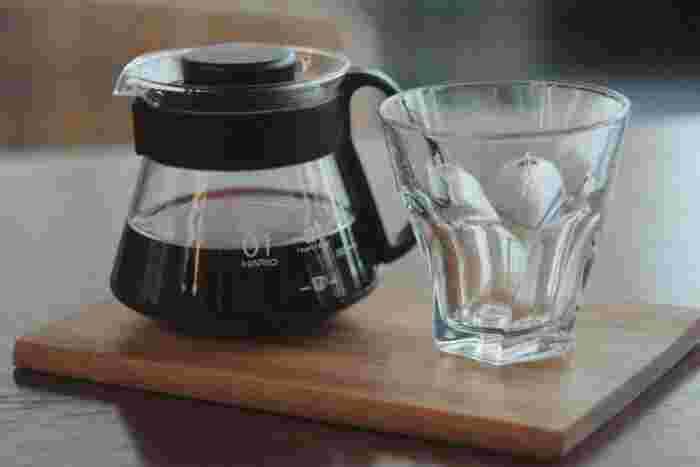 コーヒーに含まれる成分といえば、代表的なのがカフェインとポリフェノールです。  カフェインは、脳へ作用し一時的な覚醒を起こさせ、集中力などの維持に効果的とされます。ポリフェノールは、生活習慣病の原因となる活性酵素を取り去る作用があるとされます。そのため、コーヒーを好む人は循環器疾患などの発症が少ないとする研究もありますよ。