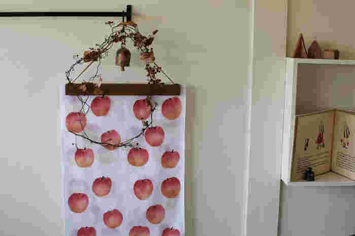 お気に入りの柄があれば、ハンガーや額縁を使って壁に飾ってみては?季節や気分に合わせて入れ替えも簡単です♪